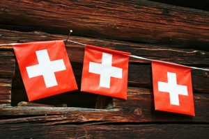 Schweizer Fähnchen auf Holz